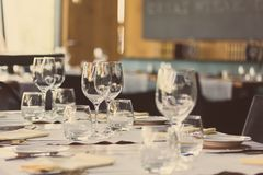 Elegantes Tabellen-Set lizenzfreie stockfotos