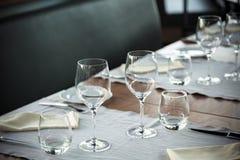 Elegantes Tabellen-Set lizenzfreie stockfotografie