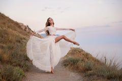 Elegantes Tanzenballett des jungen Mädchens des Balletttänzers im Freien lizenzfreie stockfotografie