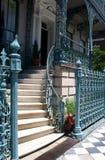 Elegantes Treppenhaus mit Geländer Stockfoto