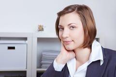 Elegantes weibliches Leitprogramm im Büro Lizenzfreie Stockfotografie