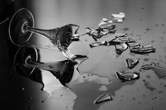 Elegantes Weinglas gebrochen auf einem dunklen Hintergrund Stockfoto