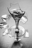 Elegantes Weinglas ist defekt Stockfoto
