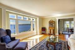 Elegantes Wohnzimmer mit Ansicht der antiken Möbel und des Wassers real Stockfotografie