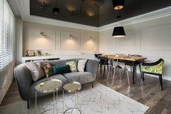 Elegantes Wohnzimmer mit grauem Sofa lizenzfreie stockfotografie
