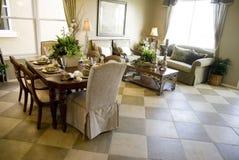 Elegantes Wohnzimmer und Speiseraum stockbild
