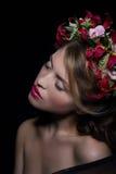 elegantie bliss Dromerige Vrouw met Kroon van Bloemen royalty-vrije stock afbeelding