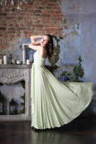 Elegantievrouw in lange beige kleding profiel Royalty-vrije Stock Afbeelding