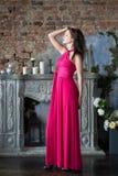 Elegantievrouw in lange roze kleding Luxe, binnen Stock Foto
