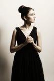 Elegantievrouw in zwarte kleding Stock Fotografie