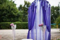 Elegantly artistiskt som dekoreras med blommor och band som gifta sig ar Royaltyfri Fotografi