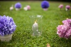 Elegantly artistiskt som dekoreras med blommor och band som gifta sig ar Arkivfoton