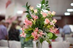 Elegantly artistiskt som dekoreras med blommor och band som gifta sig ar Royaltyfri Foto