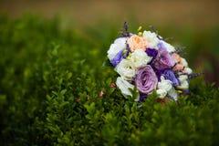 Elegantly artistiskt som dekoreras med blommor och band som gifta sig ar Arkivfoto