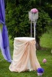 Elegantly artistiskt som dekoreras med blommor och band som gifta sig ar Arkivbilder