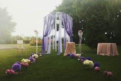 Elegantly artistiskt som dekoreras med blommor och band som gifta sig ar Fotografering för Bildbyråer