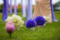 Elegantly artistiskt som dekoreras med blommor och band som gifta sig ar Royaltyfria Foton