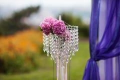 Elegantly artistiskt som dekoreras med blommor och band som gifta sig ar Royaltyfri Bild