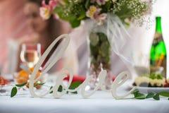 Elegantly artistiskt som dekoreras med blommor och band som gifta sig ar Royaltyfria Bilder