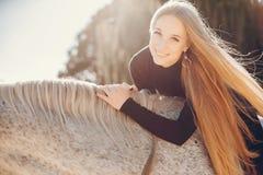 Elegants-Mädchen mit einem Pferd in einer Ranch lizenzfreies stockbild