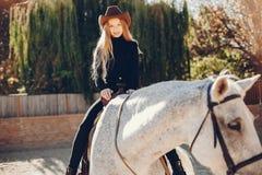 Elegants-Mädchen mit einem Pferd in einer Ranch stockbild