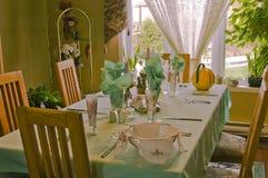 Elegantt bordlägga för familj royaltyfria bilder
