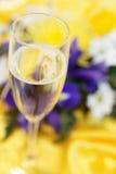 elegantt exponeringsglas för bukettchampagne royaltyfria bilder