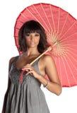 elegantt holdingparaply för brunett fotografering för bildbyråer