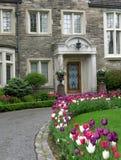 elegantt ingångshus till arkivfoton
