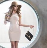 Elegantt kvinnainnehav som ett litet förföljer arkivfoton