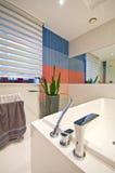 elegantt modernt för badrum arkivbilder