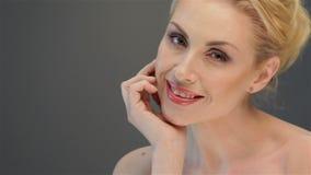 Elegantt posera för kvinna stock video