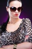 elegantt solglasögonkvinnabarn arkivfoto