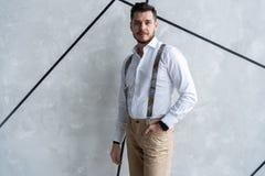 elegantt stiligt manbarn Manligt ta av ens kläder royaltyfria foton