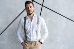 elegantt stiligt manbarn Manligt ta av ens kläder royaltyfria bilder
