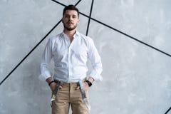 elegantt stiligt manbarn Manligt ta av ens kläder arkivbilder