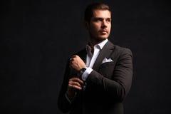 elegantt stiligt manbarn Manligt ta av ens kläder arkivfoton