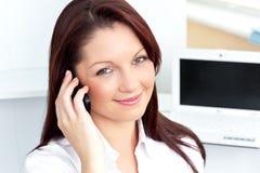 elegantt telefonsamtal för affärskvinna arkivfoto