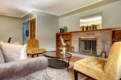 Elegantt vardagsrum med spis. Royaltyfria Foton