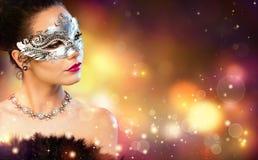 Eleganz-Frauen-tragende Karnevals-Maske Stockfotografie