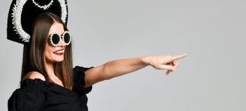 Eleganz und Art Studioporträt der herrlichen jungen Frau in der kleinen Schwarze, die gegen gelben Hintergrund aufwirft lizenzfreie stockfotografie