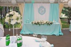Eleganz verzierte marrige Paare ` s Hochzeitstafel Stockfotos