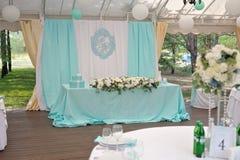 Eleganz verzierte marrige Paare ` s Hochzeitstafel Stockfotografie