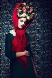 Eleganz. Würdevolle Dame in der purpurroten Verpackung und im Kranz der Blumen. Neatness Stockfotos