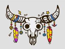 Eleganza di Boho Stile etnico del tatuaggio Cranio del toro del messicano o del nativo americano con le piume sui corni illustrazione di stock