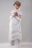 eleganza Modello di moda splendido in abito ed in mazzo lunghi dei fiori Fotografia Stock Libera da Diritti
