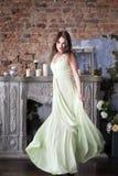 Eleganzfrau im langen beige Kleid profil Stockfotografie