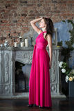 Eleganzfrau im langen rosa Kleid Luxus, Innen Stockfoto