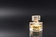 Eleganzparfüm-Glasflasche auf schwarzem Hintergrund Stockfotos