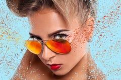 Eleganzporträt der Frau in der Sonnenbrille Stockfotos